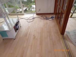 無垢床の研磨作業